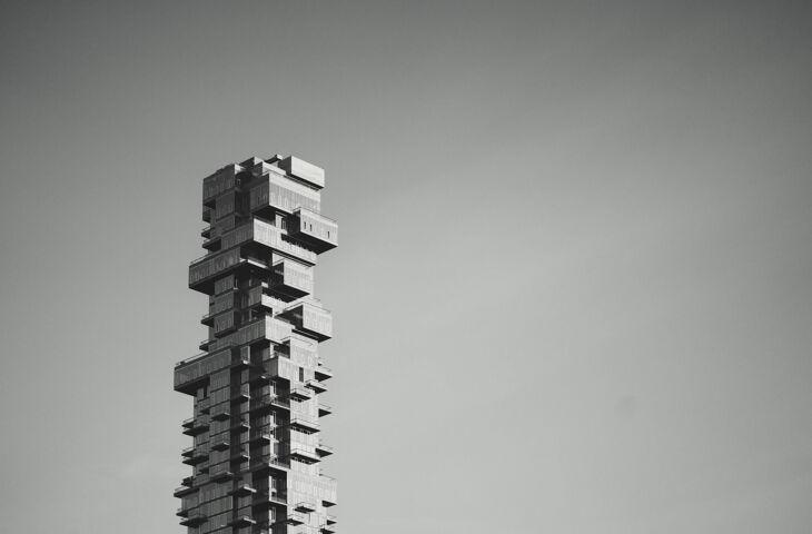 prédio em preto e branco