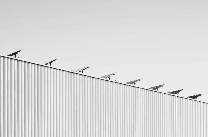placas de energia solar representando a aplicação de ESG na construção