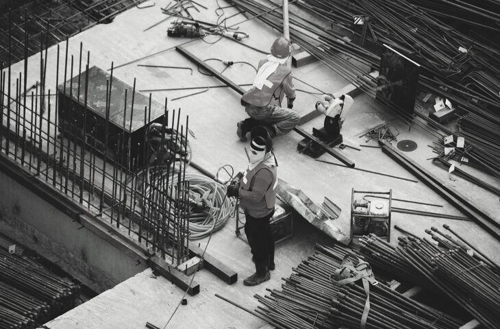 engenheiros trabalhando para acelerar a obra