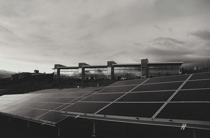 placas de energia solar em um edifício para a implantação de zero energy