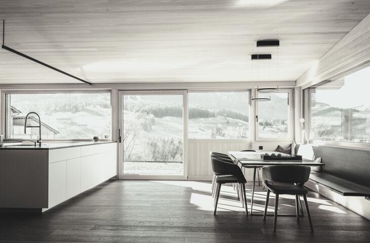 interior de uma cozinha do apartamento feito em madeira engenheirada