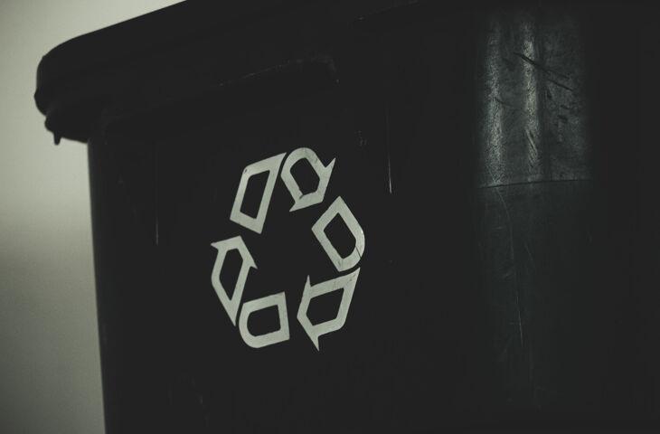 lata de lixo com o símbolo da reciclagem para representar o gerenciamento de resíduos