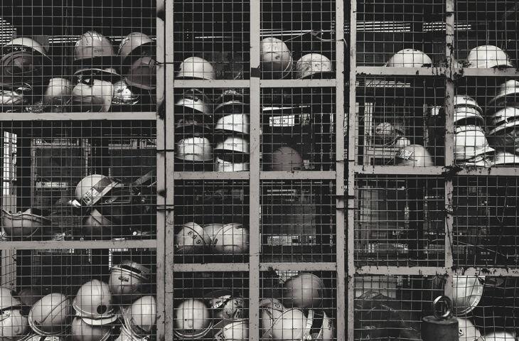 capacetes de obra organizados
